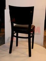 качествен дървен стол за открити пространства