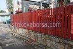 дървена ограда със зидана основа