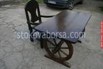 битова маса с един дървен стол
