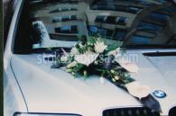 Аранжировка на кола с цветя
