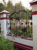 висока ограда от ковано желязо