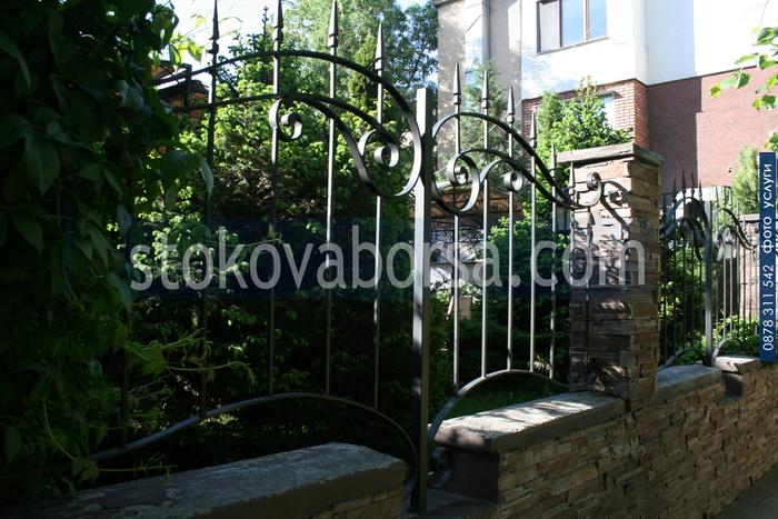 поставяне на облицовка на ограда от гнайс