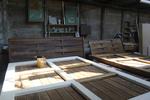 изработка на дървени огради от дървени пана с безцветен лак